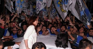 multitud recibe a cristina