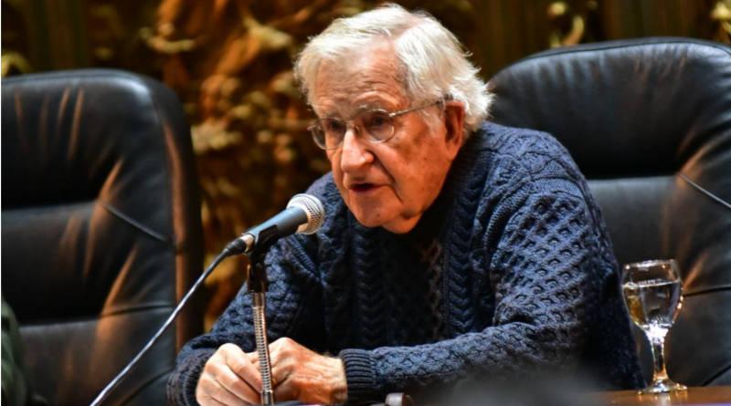 A sala llena Chomsky brindó conferencia en Montevideo