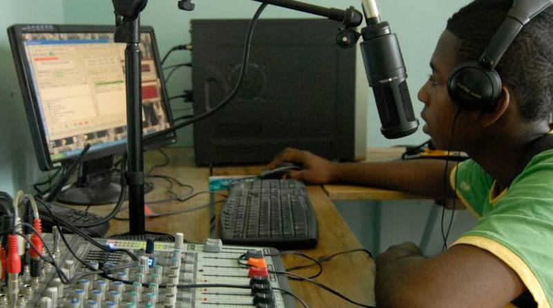 Buscan cerrar sus radios comunitarias; giran citación a Ofraneh